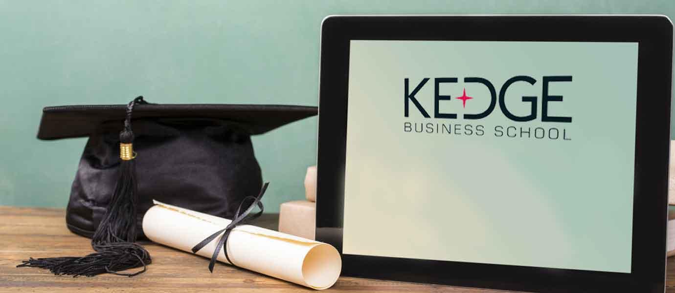 Une tablette Kedge, un chapeaux et diplôme enroulé symbolique